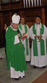 Monseñor Catalá y el párroco Rafael López
