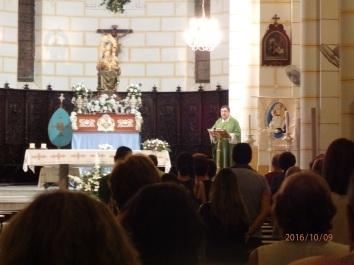 Vicario Roberto Rojo oficiando misa