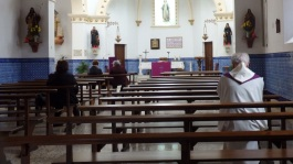 Orando antes de la misa